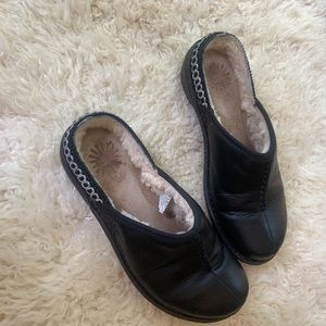 UGG BLACK LEATHER AND FUR SLIP ON MULES